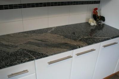 bankskiva_i_granit-granitti-jpg