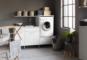 En tvättstuga med massor av smarta lösningar som gör vardagen enklare, infälld strykbräda och rejält med förvaring i utdragbara trådbackar